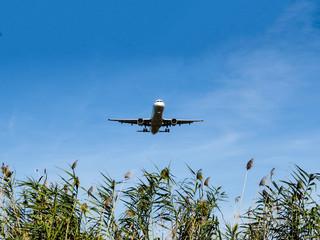Avión aterrizando en el aeropuerto del Prat en Barcelona,España Fototapete