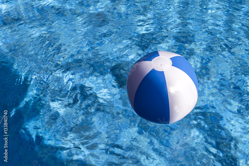 Balon inflable en la piscina imagens e fotos de stock for Pepa en la piscina