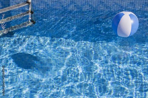 Bal n inflable en la piscina imagens e fotos de stock for Pepa en la piscina