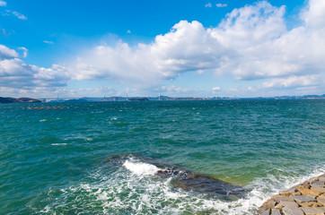 波立つ瀬戸内海 遠方に瀬戸大橋を望む
