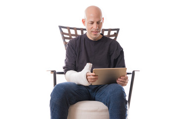 Man with arm cast using an accessible tablet