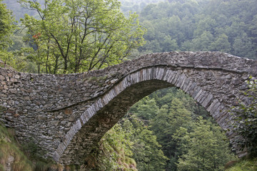 Alte Steinbrücke im Piemont