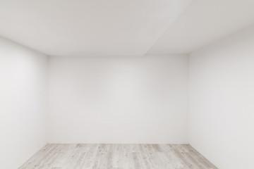 Gekälktes Laminat mit frisch gestrichener Wand in leerem Raum