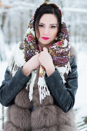 брюнетки в красивых платках фото