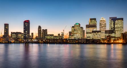 Finanzzentrum Canary Wharf in London nach Sonnenuntergang