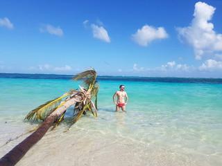 Homem curtindo o mar do Caribe