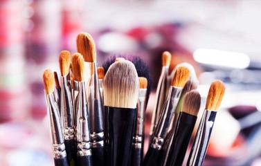Pinceaux de maquillage professionnels dans ambiance maquilleuse