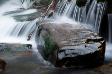 Stein unter Wasserfall