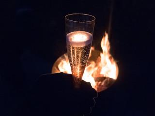 Sekt am Lagerfeuer trinken