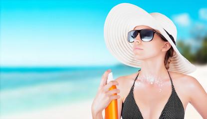 Donna con crema solare al mare o in spiaggia