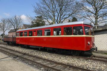 Alter Triebwagen in Rot mit Anhänger