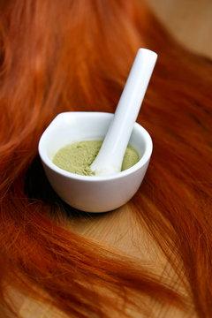 Coloration de cheveux roux naturelle avec henné en poudre, mèches rousses