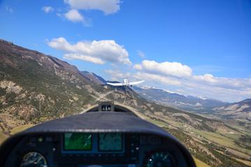 Start einer Segelflugzeug in den Bergen