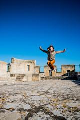 Fillette au sommet du donjon de l'Abbé dans l'Abbaye de Montmajour près d'Arles