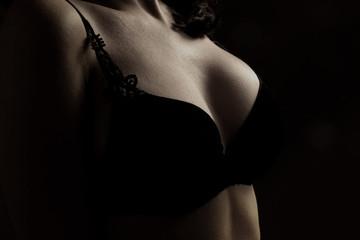 femme en soutien-gorge noir