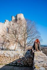 Femme dans l'Abbaye de Montmajour près d'Arles