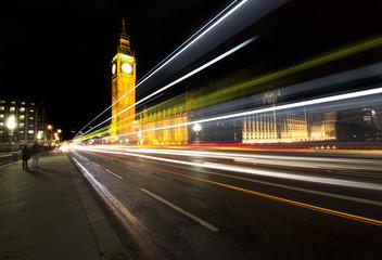 Panoramica notturna di Londra con la torre del Big Ben e l' abbazia di Westminster sullo sfondo