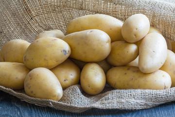 Pommes de terre blanches sur sac de toile