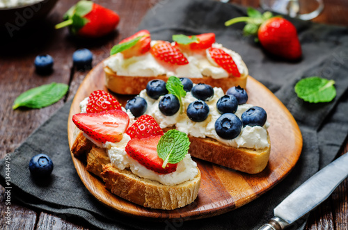 "Strawberry and blueberry ricotta sandwiches"" Стоковая ..."