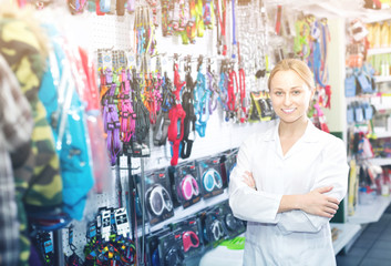 Smiling female assistant working in pet shop