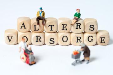 Altersvorsorge / Holzwürfel mit dem Wort Altersvorsorge