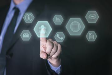 Businessman mit touchscreen und vielen icons