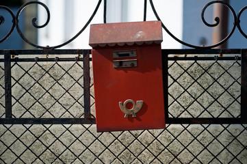 Alter, roter, schiefer Briefkasten