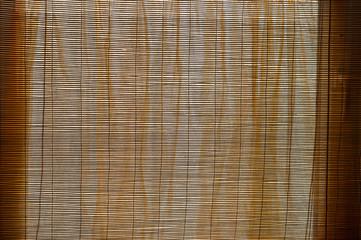 Bambusvorhang und oranger Stoffvorhang