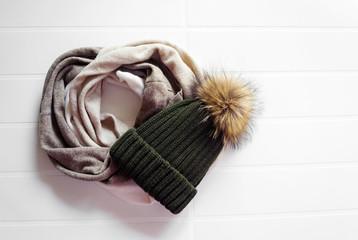 Cappello con ponpon e girocollo colori chiari