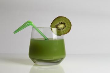 Bevanda al Kiwi su sfondo bianco