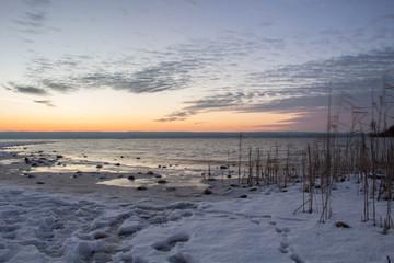Faszinierender Sonnenuntergang am winterlichen Seeufer