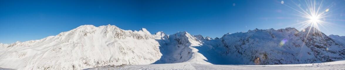 Bergpanorama im Winter mit schneebedeckten Gipfeln