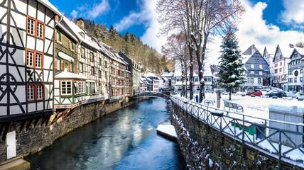 Monschau im Winter - historische Altstadt - Fachwerkhäuser am Fluss
