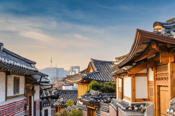 Photo sur cadre textile Seoul Bukchon Hanok Village and Seoul city skyline, Seoul, South Korea