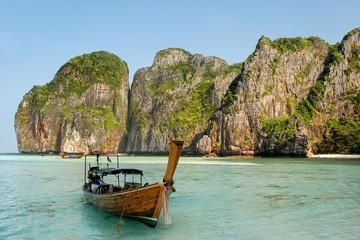 Foto op Canvas Blauwe hemel Longtail boat anchored at Maya Bay on Phi Phi Leh Island, Krabi