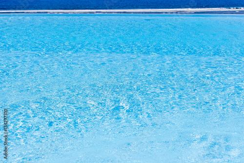 Piscine d bordement photo libre de droits sur la for Tarif piscine a debordement