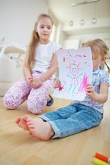 Kind zeigt Bild auf Blatt Papier