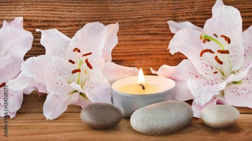 dekoration mit steinen und lilien stockfotos und. Black Bedroom Furniture Sets. Home Design Ideas
