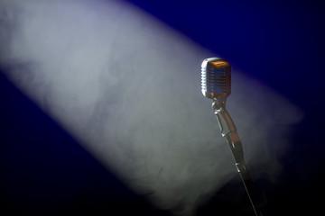 Microphone rétro dans la lumière lors d'un concert de musique