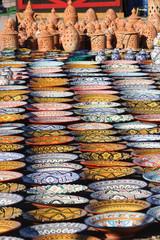 Exposición de cerámicas, platos, vasijas y portavelas