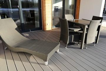 Moderne Holzterrasse mit Gartenmöbel