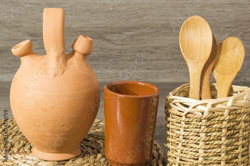 Un botijo de barro un vaso de barro cucharas de madera - Botijo de barro ...