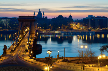 Fotomurales - Famous Chain Bridge in Budapest at night