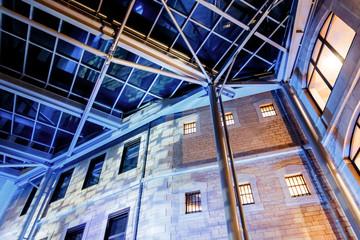 Jeu de lumières dans les anciennes prisons Saint-Paul