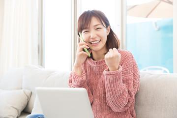 パソコンを見る女性 電話