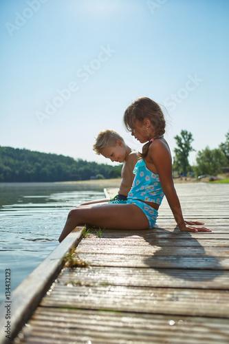 zwei kinder k hlen f e im see im sommer immagini e fotografie royalty free su. Black Bedroom Furniture Sets. Home Design Ideas