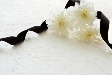 菊の花と黒いリボン 和紙背景
