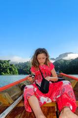 jeune fille et son appareil photo en vacances