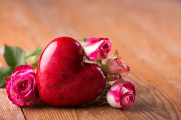 Valentinstag - Rotes Herz und Rosen auf  Holz