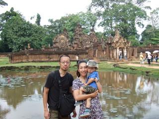 遺跡観光 親子 家族 東洋人 カンボジア 海外旅行 幼児